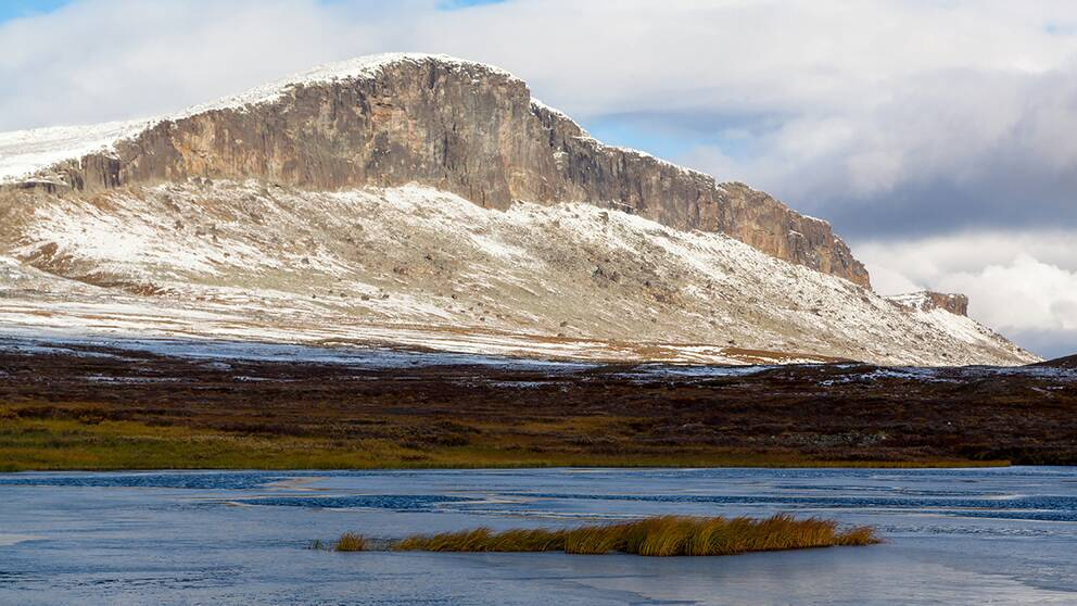 Luobakti (söder om Torneträsk)under dalripejakten.Vintern är nu nära med snö och första isen lägger sig på småsjöarna.