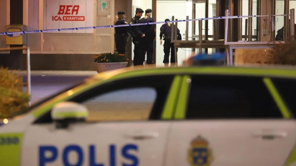 Poliser som står vid en fastighet