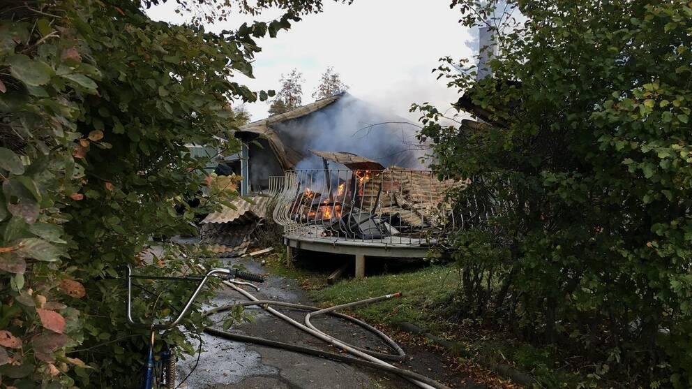 Räddningstjänsten fick inrikta sig på att förhindra vidare spridning av elden.