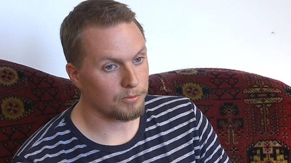 Bild på Nicklas Rumm i en soffa.