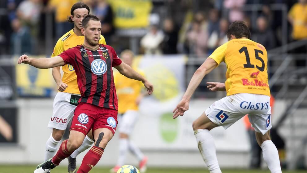 Spelarna i Östersund (rött) kommer att få sina löner i tid, trots den ekonomiska krisen.