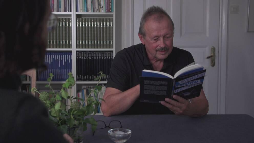 Anders Svensson läser i Svenska Mordhistorier, och upptäcker att flera sidor är hämtade ur hans blogg om svensk brottshistoria.