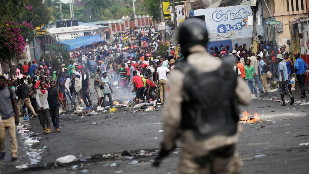 Tusentals människor i Haitis huvudstad Port-au-Prince protesterade mot landets president Jovenel Moïse på fredagen.