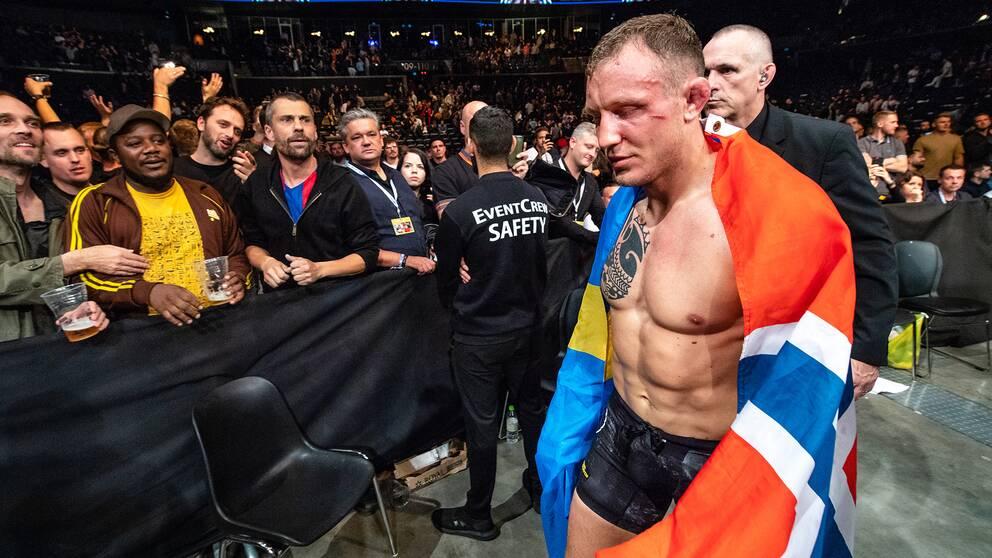 Hermansson lämnar oktogonen efter sin förlust.