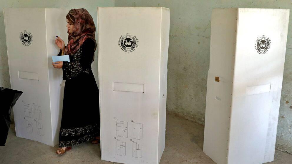 En kvinna röstar i en vallokal i huvudstaden Kabul.