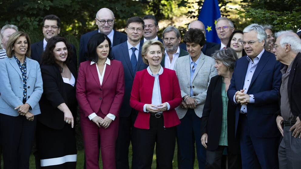 """EU-kommissionens nya ordförande Ursula von der Leyen (i rött i mitten) och en del av de föreslagna kandidaterna till EU:s nya """"regering"""".De ska nu frågas ut av EU-parlamentet."""