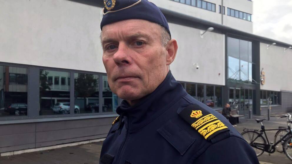 Sven Holgersson, lokalpolisområdeschef i Helsingborg, utanför polishuset.