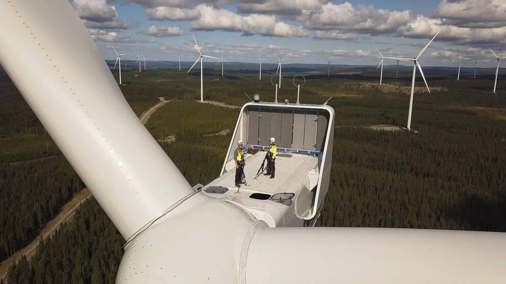 Två människor på ett vindkraftverk