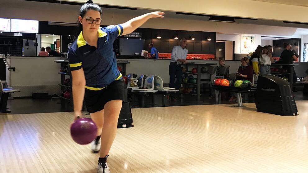 Sandra Andersson slår ett bowlingslag.