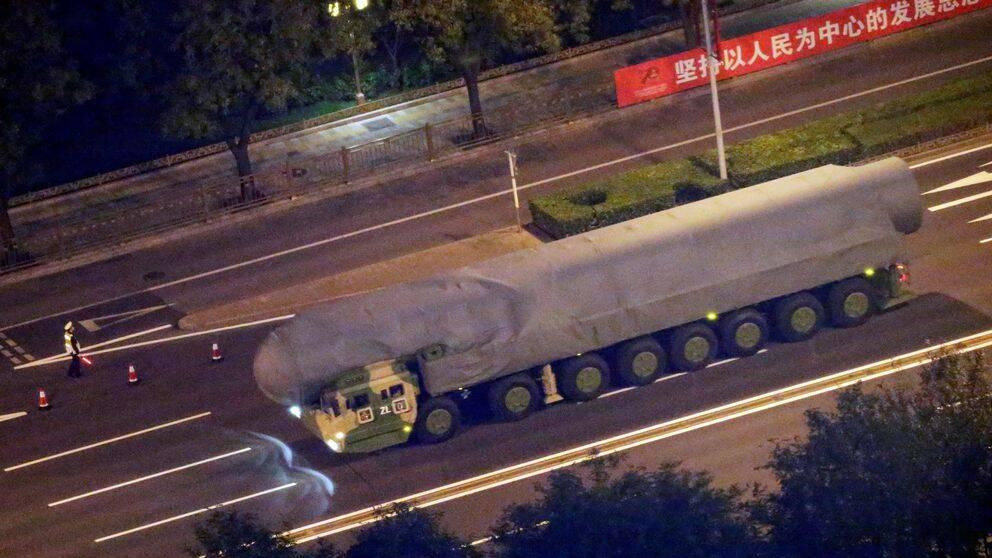Ett militärt fordon transporterar vad som tros vara en ballistisk robot som ska visas upp när Folkrepubliken Kina firar 70 år.