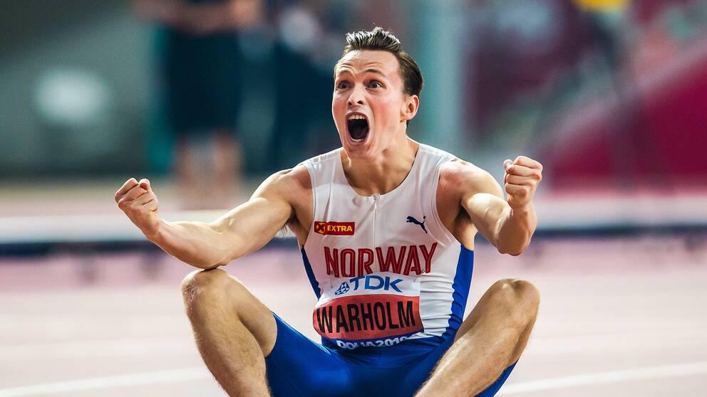 Karsten Warholm jublar efter sitt VM-guld.