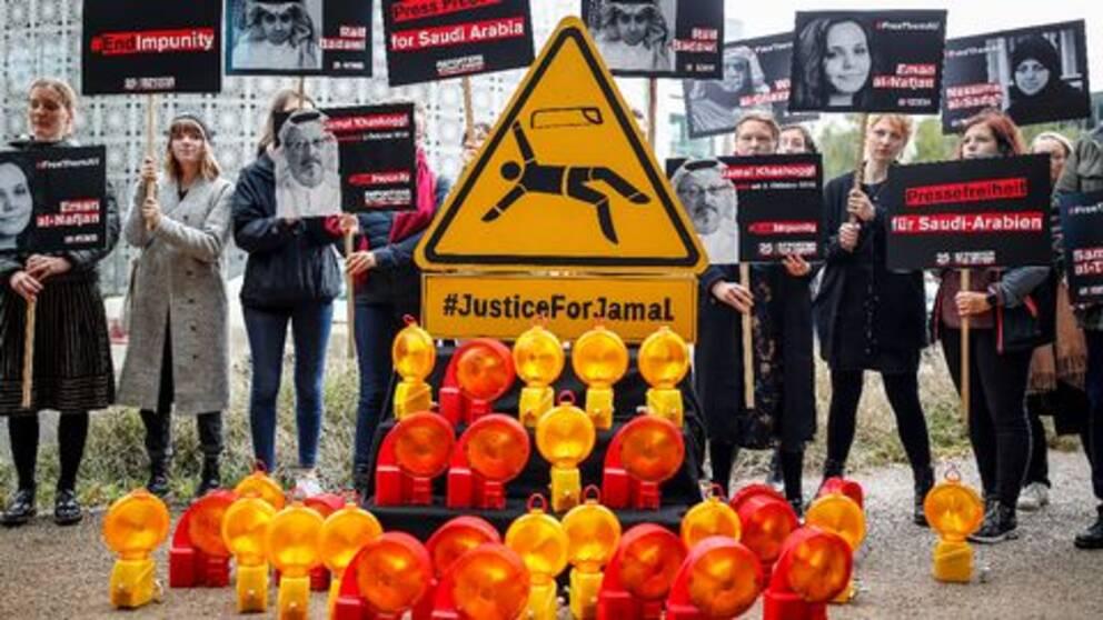 Organisationen Reportrar utan gränser protesterar framför Saudiarabiens ambassad i Berlin i Tyskland. De fördömer mordet på Jamal Khashoggi.