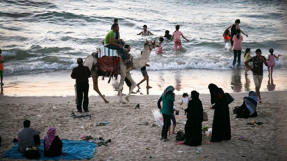 Stranden i Gaza City i Palestina. Efter regeringens besked att erkänna Palestina väntas man nu fatta fler kontroversiella beslut. Bland annat ett erkännande av Västsahara.