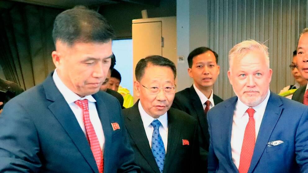 Nordkoreas kärnvapenförhandlare Kim Myong-Gil (mitten) togs emot av ambassadör Kent Härstedt (höger) på Arlanda den 3 oktober 2019.