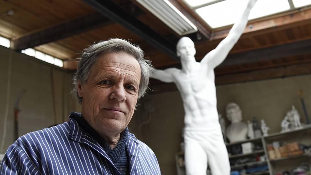 Konstnären Peter Linde framför Zltatanstatyn