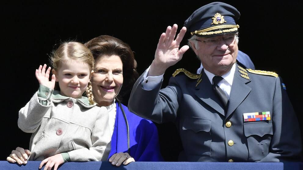 Prinsessan Estelle, drottning Silvia och kungen.