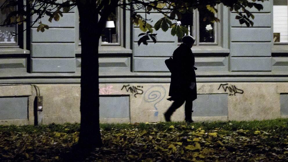 En kvinna går utomhus