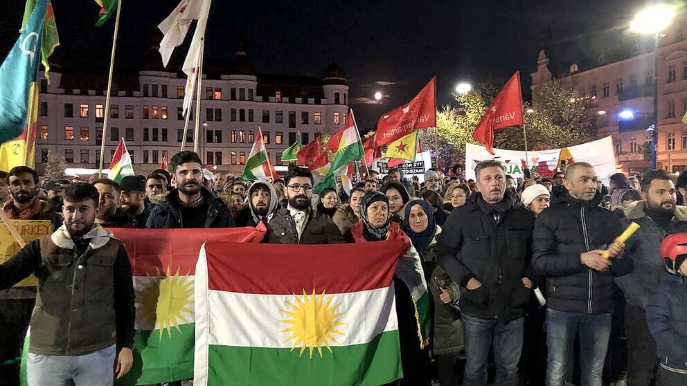 Omkring 300 personer samlades på Möllevångstorget för att protestera mot Turkiets offensiv i norra Syrien.