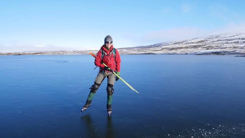 Bild på Louise Östberg när hon åker långfärdsskridskor på Anderssjöarna i västra Härjedalen