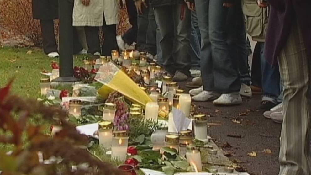 Sörjande på platsen för dubbelmordet i Linköping för 10 år sedan