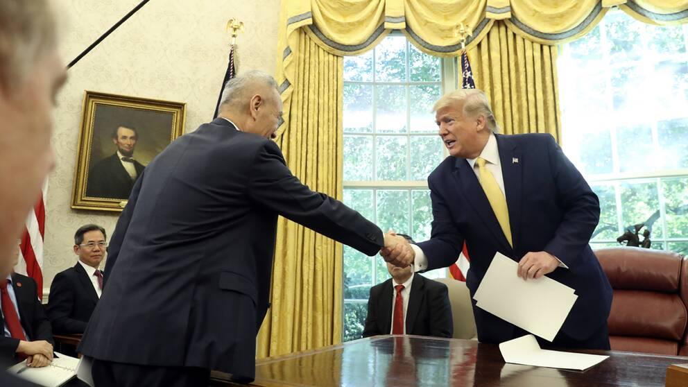 Den kinesiske vice premiärministern Liu He skakar han med USA:s president Donald Trump efter mötet.