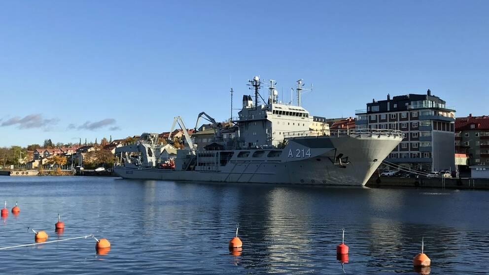HMS Belos vid kaj i Härnösand.