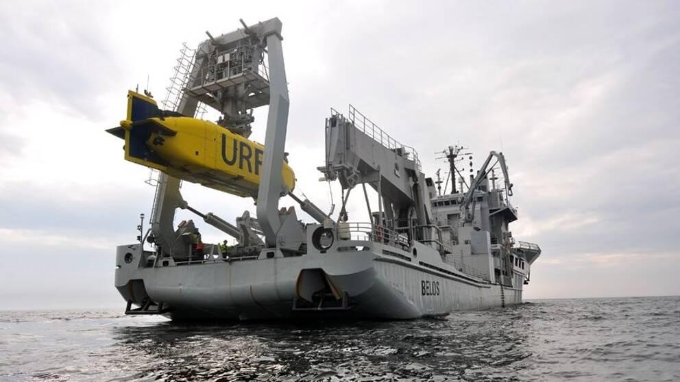 """HMS Belos """"in action"""" vid övningsverksamhet på öppet vatten."""