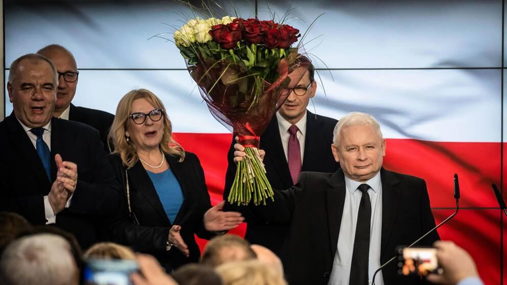 Regeringspartiet Lag och rättvisa vann stort i söndagens parlamentsval. Partiledaren Jaroslaw Kaczynski har utropat sig till segrare.