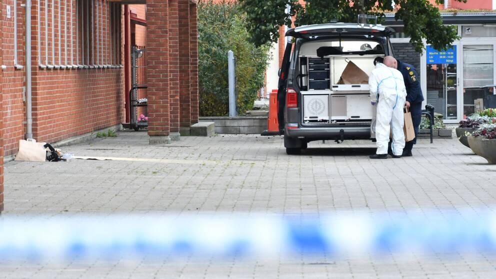 Polisen är på plats efter en explosion utanför polishuset i Staffanstorp tidigt på måndagsmorgonen.