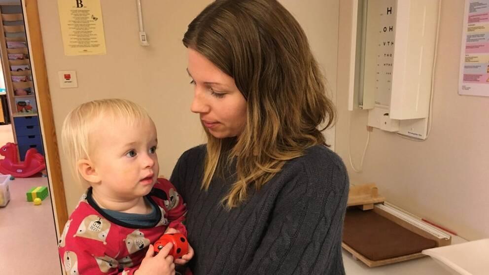 Towe Widmark med dottern Lisen, snart ett år.