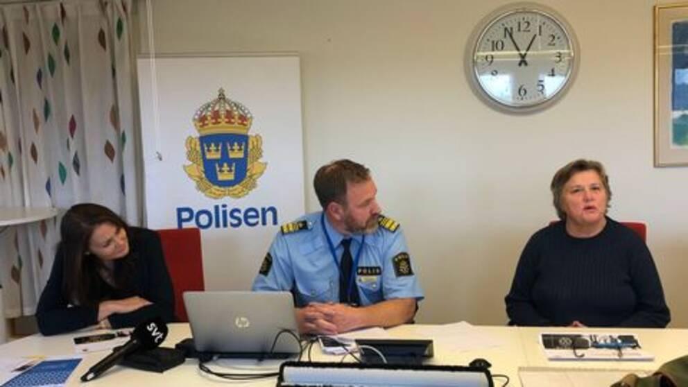 Tre medarbetare hos Polisen sitter vid ett bord och pratar.
