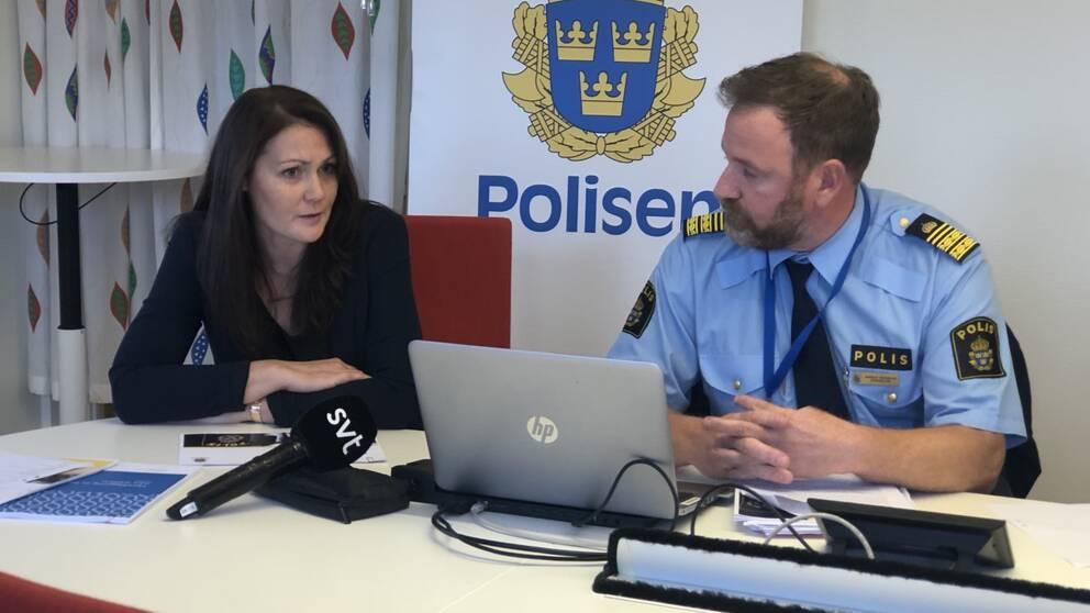 Två polismedarbetare håller presskonferens i Skövde.