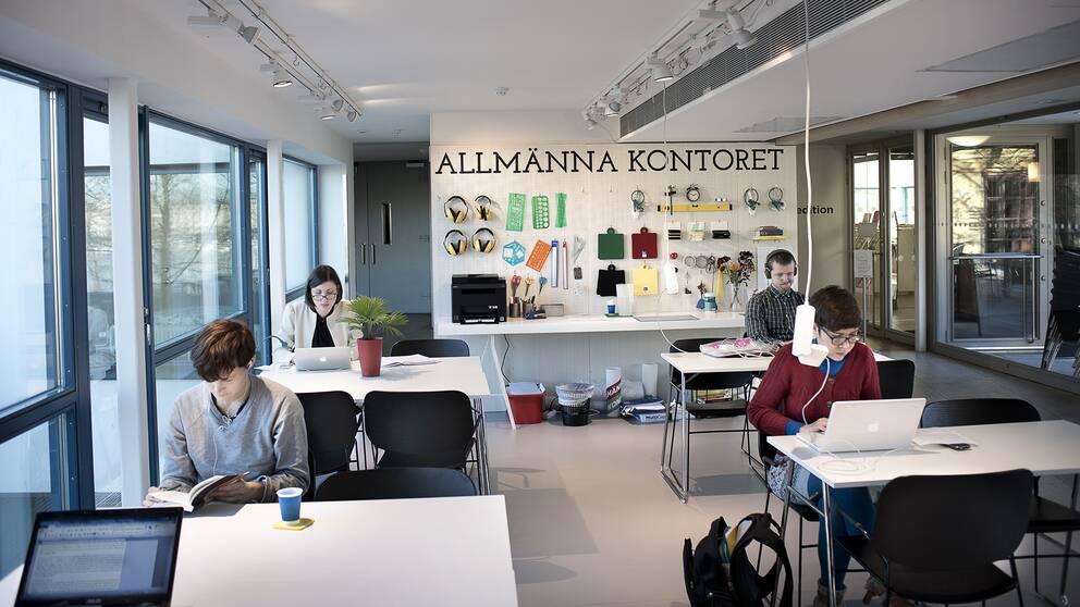 Personer som sitter och jobbar på ett kontor.
