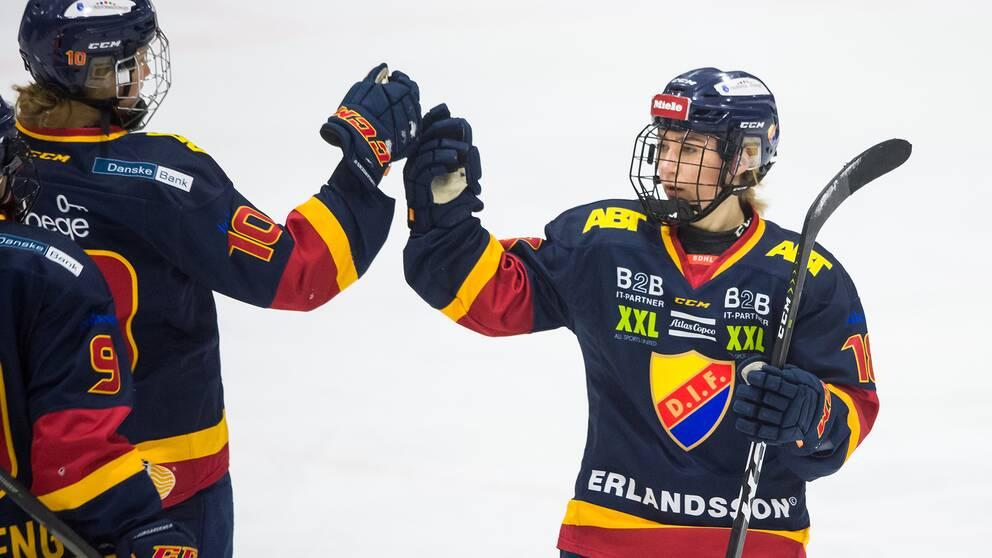 Djurgårdens Alice Östensson jublar efter ett mål mot AIK i december förra året. Arkivbild.