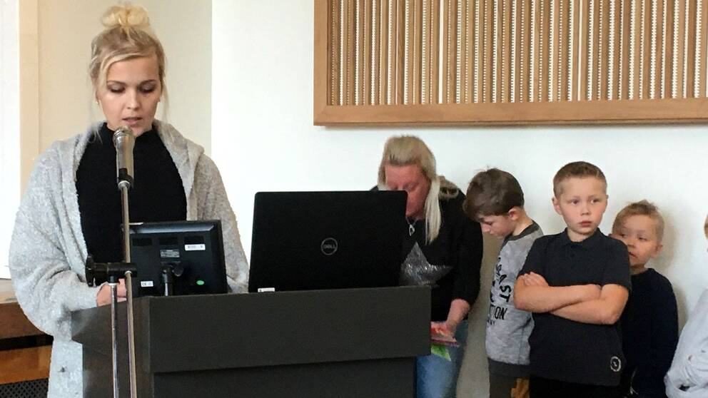 Föräldrar står i talarstolen under fullmäktige i Östersund