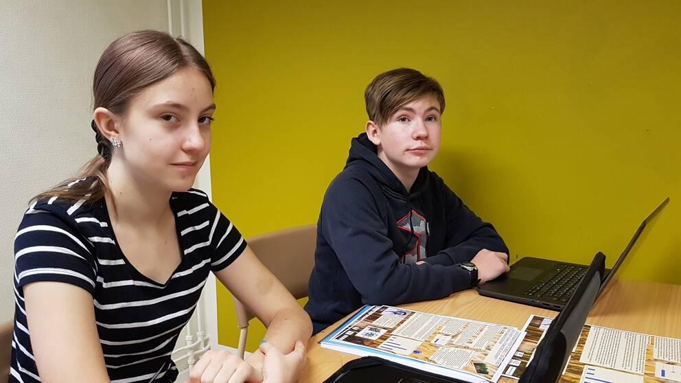 Evelina Edvärn och Henning Köhler jobbar tillsammans med affischen som tar upp att ungdomar äter för mycket socker.
