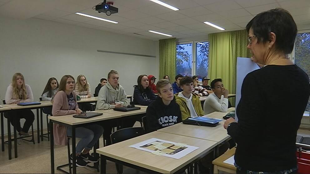 Lärare står inför klass 8C i Mellringeskolan.