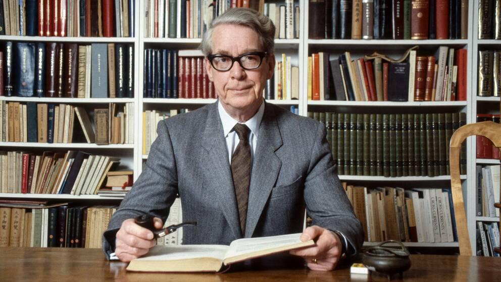 Akademiledamoten och professorn i sinologi, Göran Malmqvist, avled på fredagen. Här syns han inför en intervju med SVT 1989.