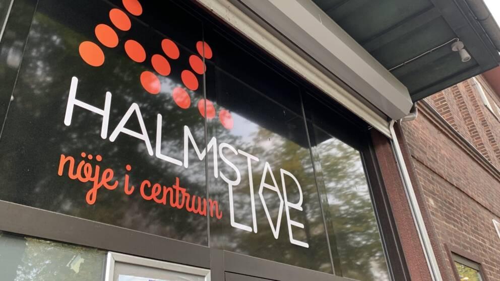 """Bild på fasad med text """"Halmstad Live – nöje i centrum"""" på glaset."""