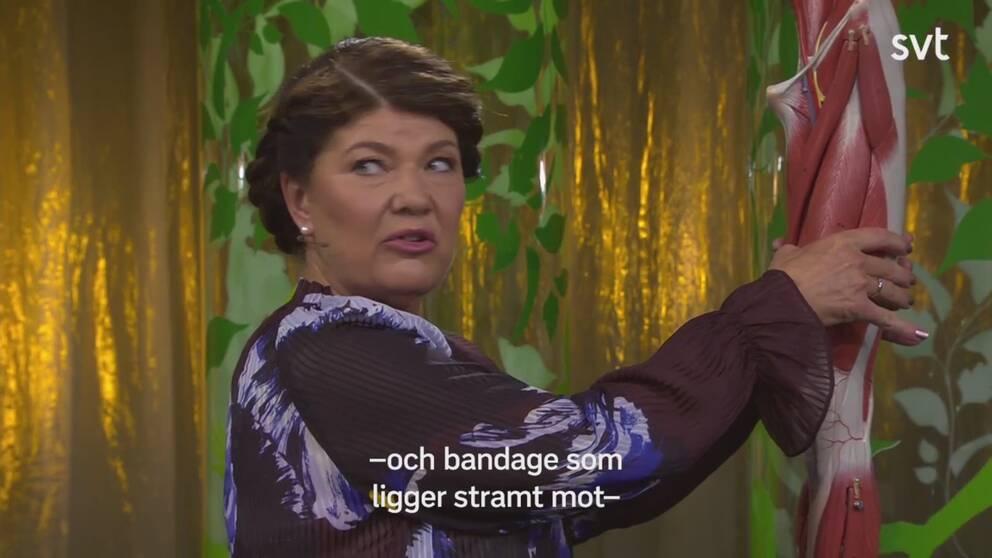 Karin Granberg håller om ett ben i genomskärning.