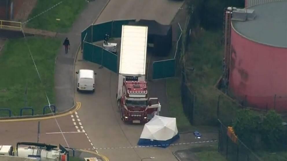 Se flygbilderna från polisens avspärrningar runt lastbilen.
