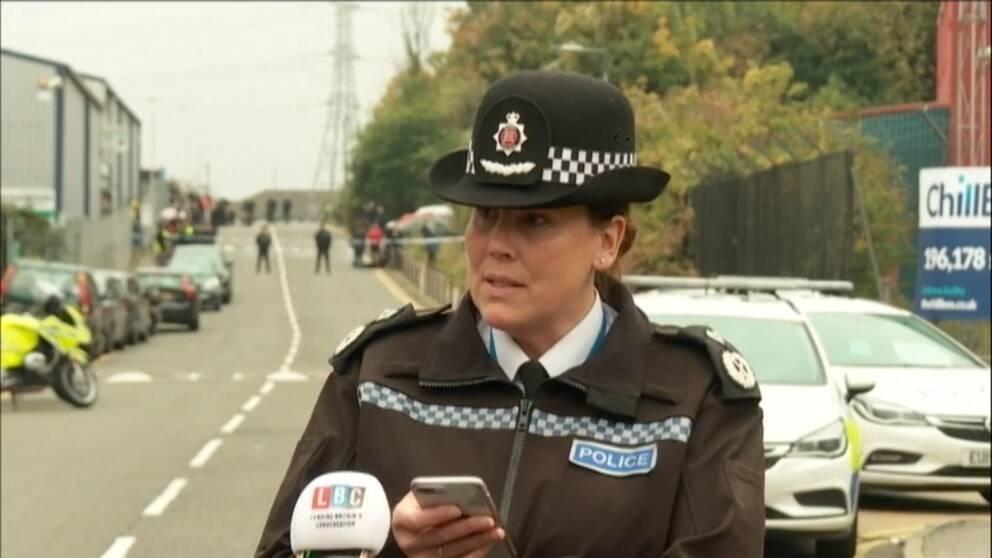 En brittisk polis, kvinna, talar.
