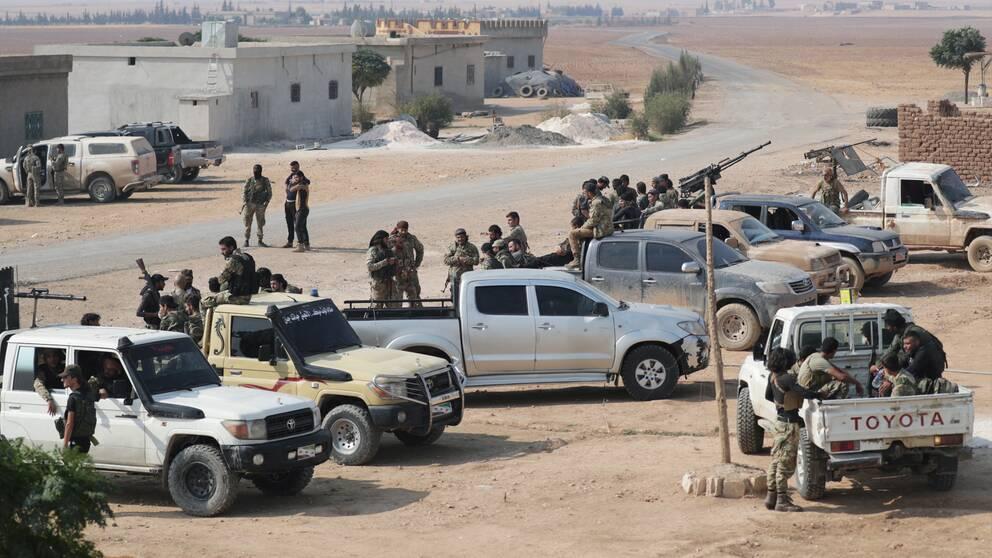 Syriska rebeller, som backats upp av Turkiet, utanför gränsstaden Tal Abyad i Syrien i torsdags den här veckan.