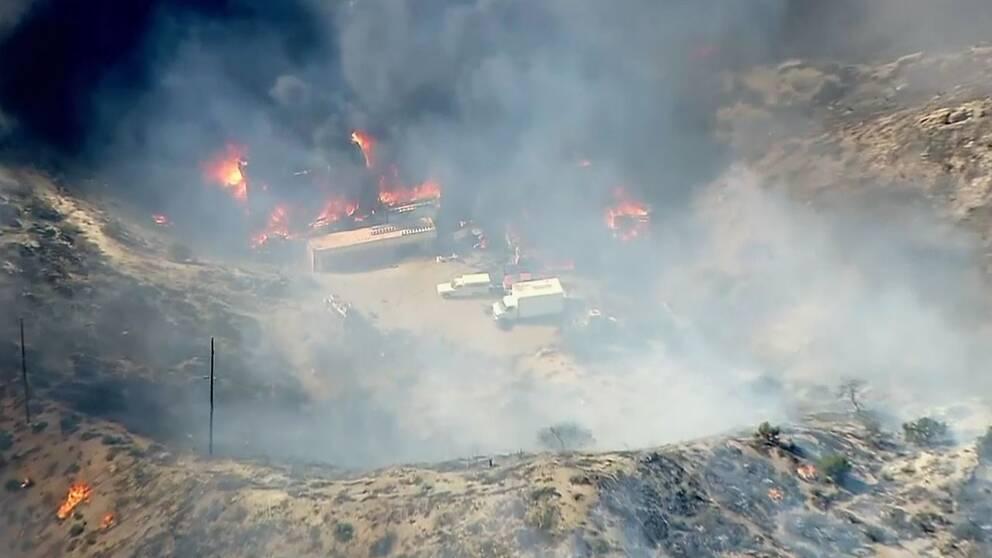 Räddniungstjänsten bekämpar bränder som hotar en gård norr om Los Angeles