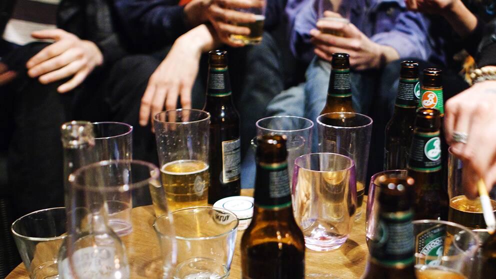 Flaskor och glas i krogmiljö