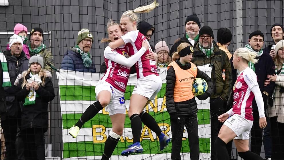 Uppsalas Beata Olsson (tv) jublar efter att gjort 1-3-målet under söndagens fotbollsmatch i Elitettan mellan Hammarby IF FF och IK Uppsala Fotboll på Kanalplan.