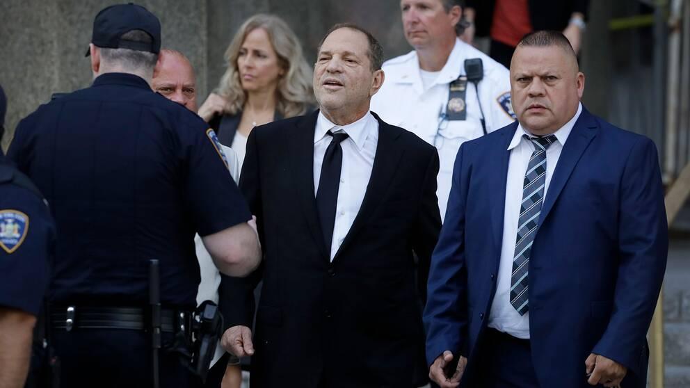 Harvey Weinstein lämnar en rättegångsförhandling i New York i augusti.