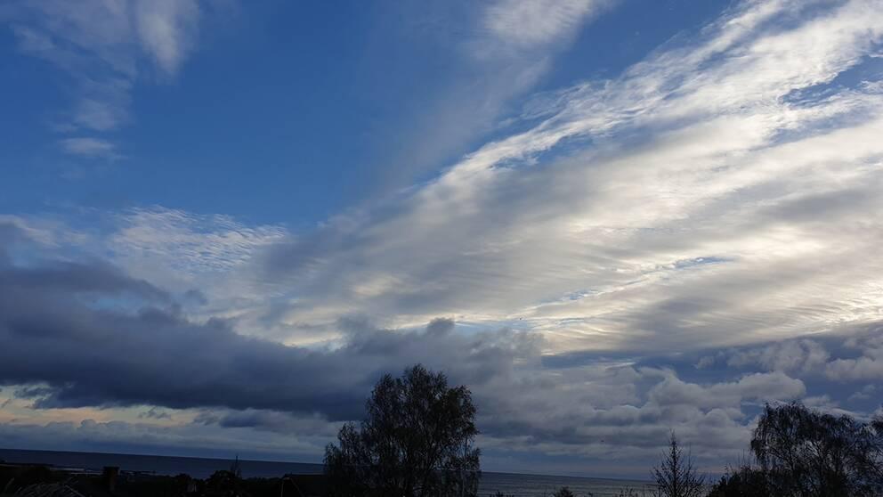 En morgonhimmel blandad med moln. Simrishamn, Skåne.