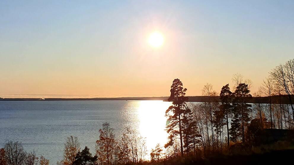 Solen lyser vackert över sjön Glan i Östergötland.