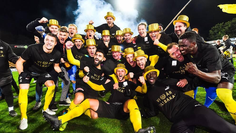 Mjällbys spelare jublar efter avancemanget till allsvenskan 2020.